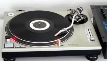 3D animation shows how a turntable works
